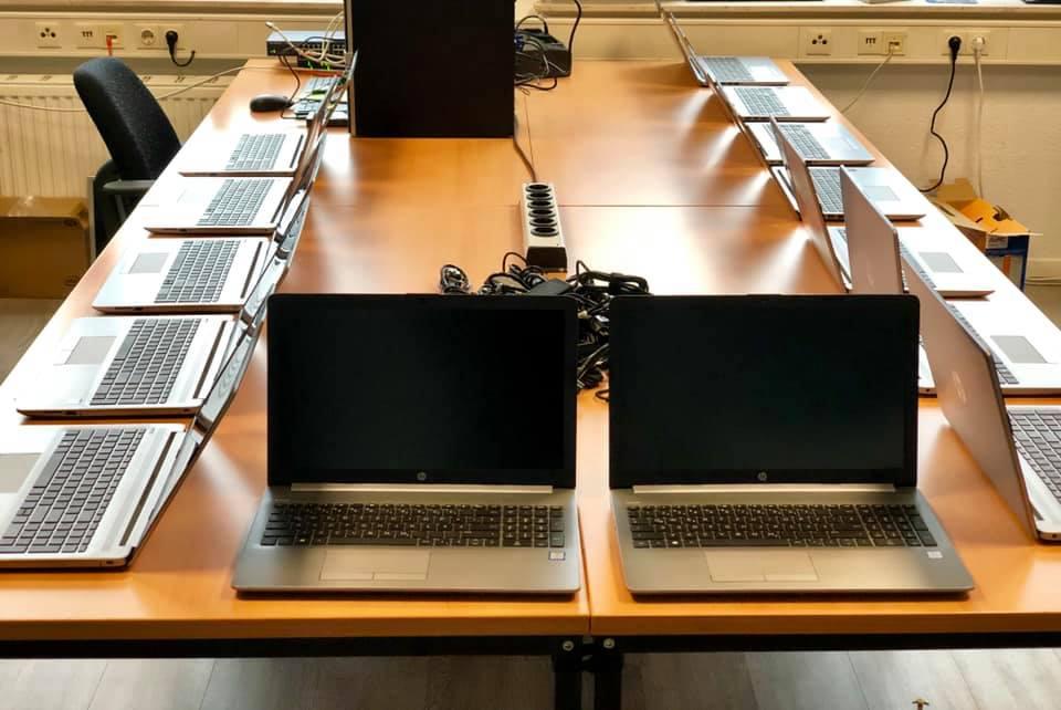 15 Laptops auf einer Tisch